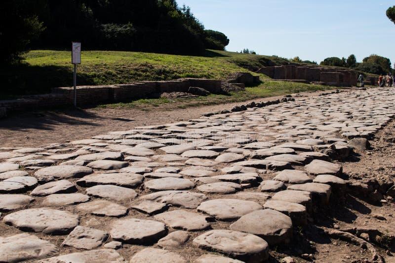 Старая римская дорога вымощенная с камнями для экипажа Decumano макси стоковое фото
