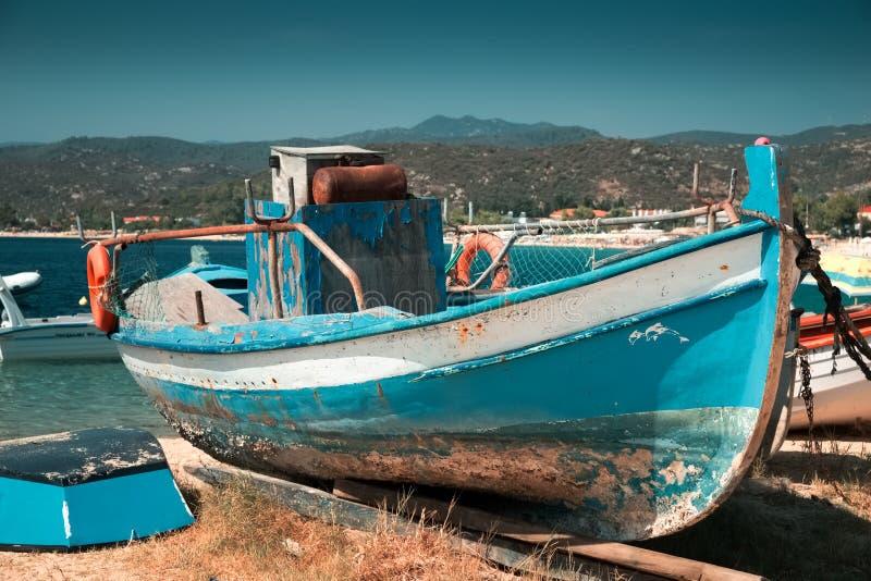 Старая рыбацкая лодка на земле стоковое фото