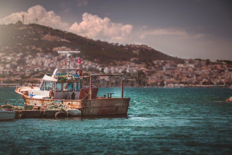 Старая рыбацкая лодка поставленная на якорь в море Идеальный ландшафт в Foça стоковые изображения