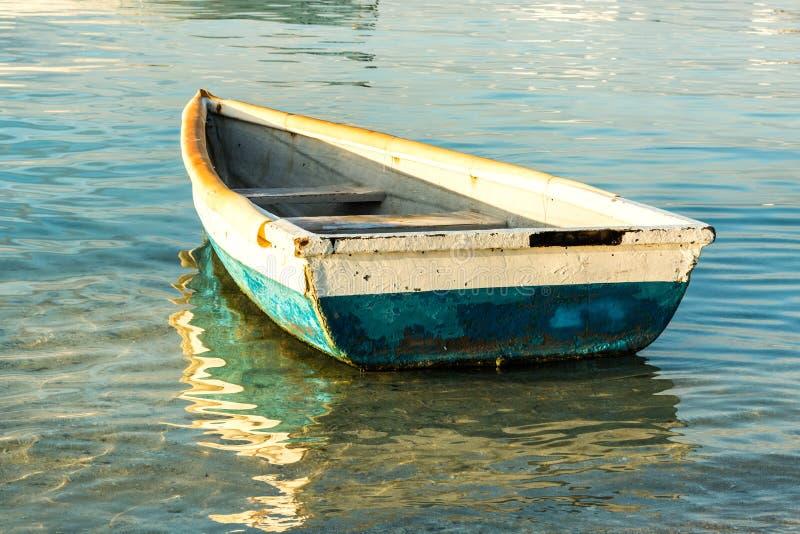 Старая рыбацкая лодка на заходе солнца стоковые изображения rf