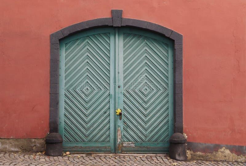 Старая салатовая деревянная дверь стоковое изображение rf