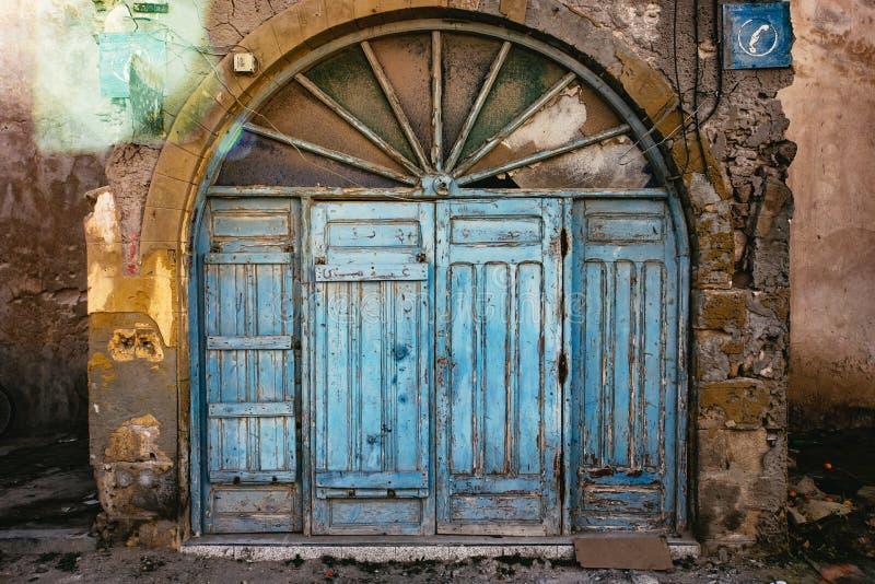 Старая сдобренная деревянная дверь в Essaouira, Марокко стоковые изображения rf