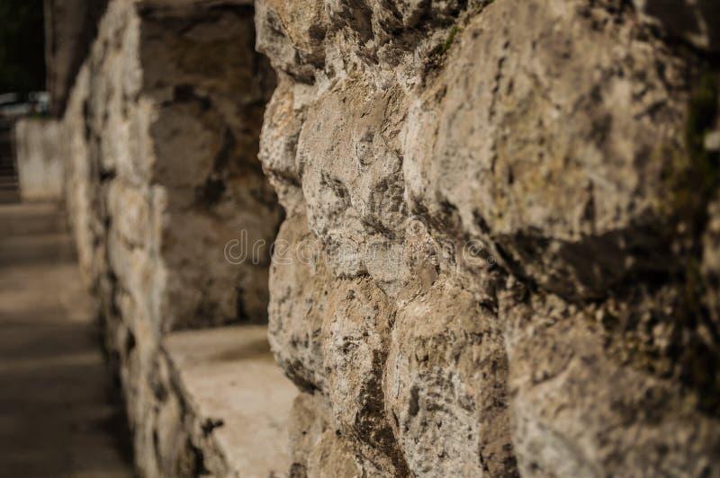 Старая серая каменная стена и голубое небо стоковая фотография rf