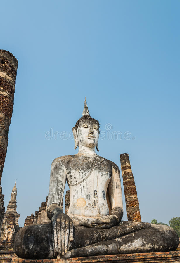Старая сидя статуя Будды в древнем храме Sukothai Таиланде стоковое изображение rf