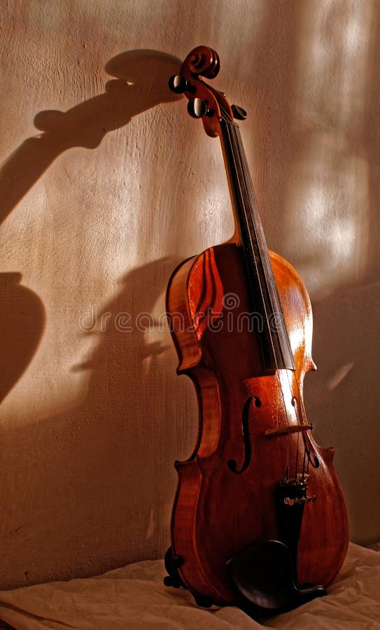 Старая скрипка на кровати стоковые изображения