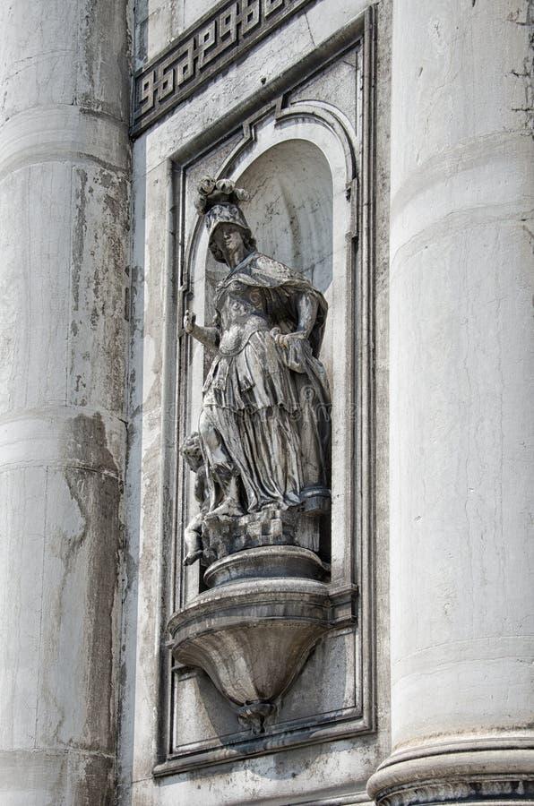 Старая скульптура женщины в панцыре, церков del Rosario Santa Maria стоковое изображение