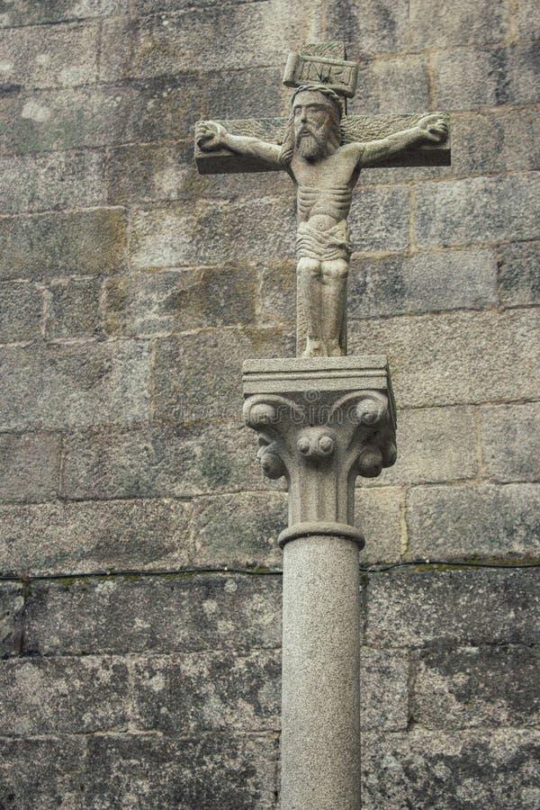 Старая скульптура Иисуса Христа на каменном кресте Средневековая концепция архитектуры Символ веры и страдания вероисповедание je стоковая фотография
