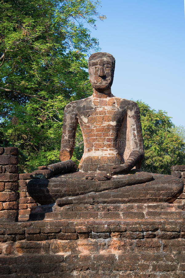 Старая скульптура усаженного Будды на руинах буддийского виска Wat Singha Kamphaeng Phet, Таиланд стоковое изображение rf