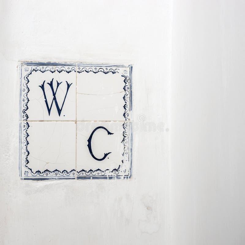 Старая сломанная плитка с WC писем стоковые изображения rf