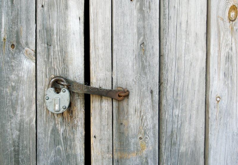 Старая смертная казнь через повешение padlock металла на двери woden стоковая фотография rf