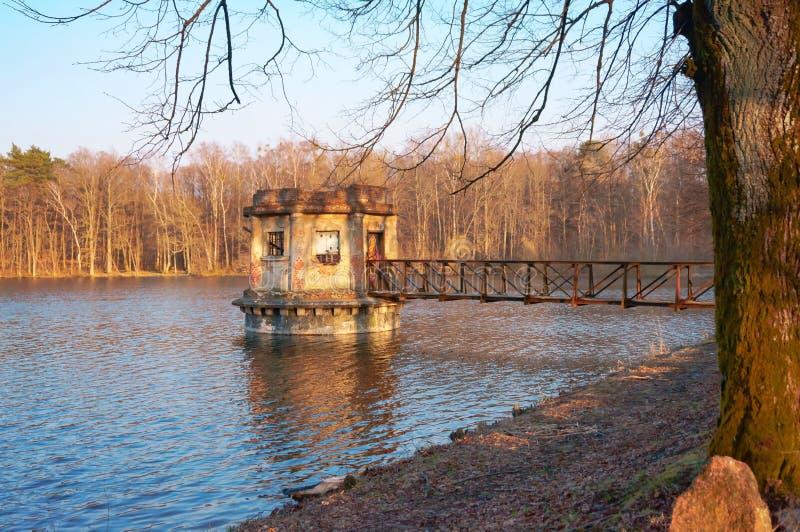 Старая смотровая площадка на пруде, газебо замечания на озере стоковая фотография