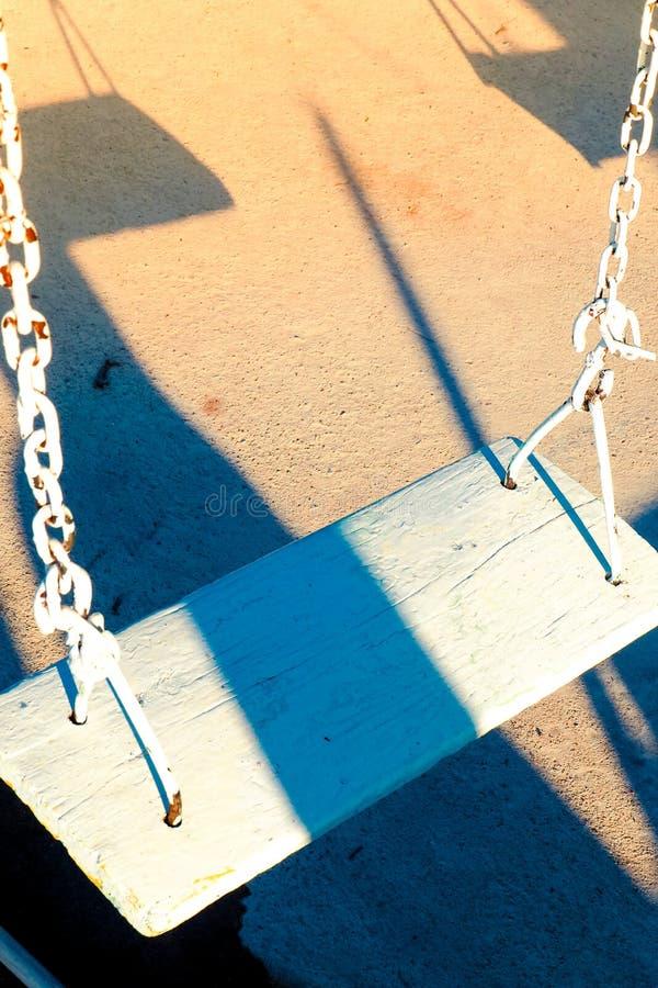 Старая спортивная площадка отбрасывает белую деревянную спортивную площадку в теплой предпосылке 1950's памяти солнечного света стоковые фотографии rf