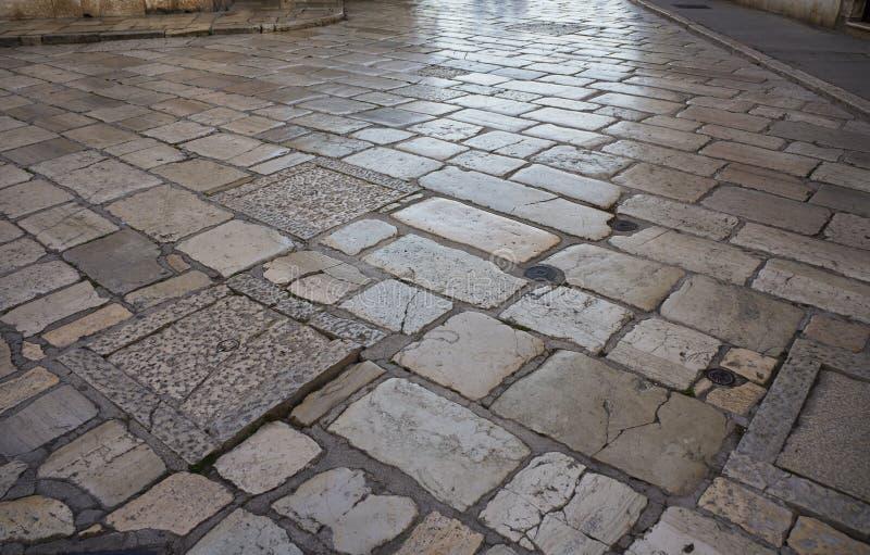 Старая среднеземноморская вымощенная текстура улицы стоковая фотография