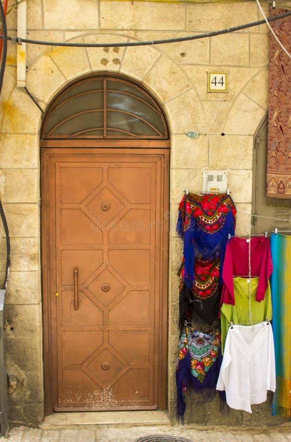 Старая стальная дверь на старинном здании в огороженном городе j стоковые фотографии rf