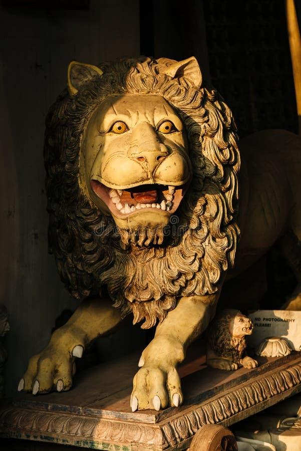 Старая статуэтка на индийском рынке изогнутого льва в Kochi, Indi стоковые изображения