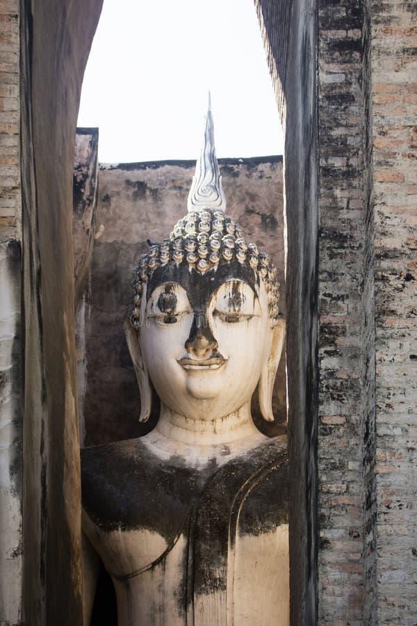 Старая статуя Будды в приятеле Wat Si историческое sukhothai Таиланд парка стоковое изображение