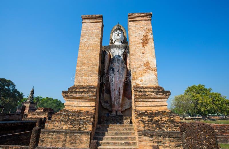 Старая статуя Будды на Wat Mahathat в парке Sukhothai историческом в Sukhothai, Таиланде стоковое фото