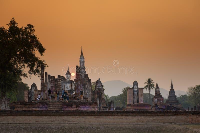 Старая статуя Будды на парке Sukhothai захода солнца историческом, виске Mahathat, Таиланде стоковое изображение