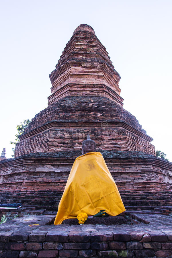 Старая статуя Будды с пагодой в tha kan, древнем городе wiang в chiangmai стоковые фото