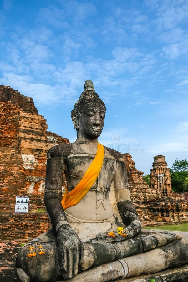 Старая статуя и руины Будды на Wat Mahathat, Phra Nakorn Sri Ayutthaya, Таиланде Место всемирного наследия UNESCO стоковые изображения