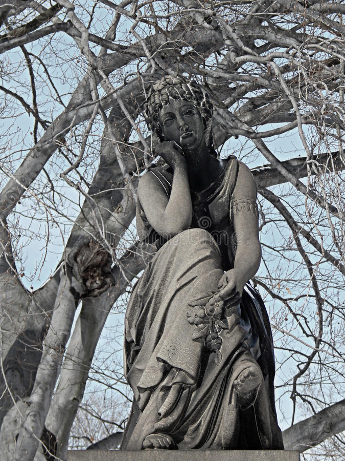 Старая статуя погоста во время зимы стоковые изображения