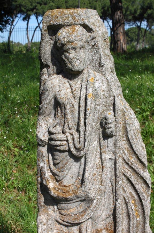 Старая статуя римского сенатора стоковые изображения