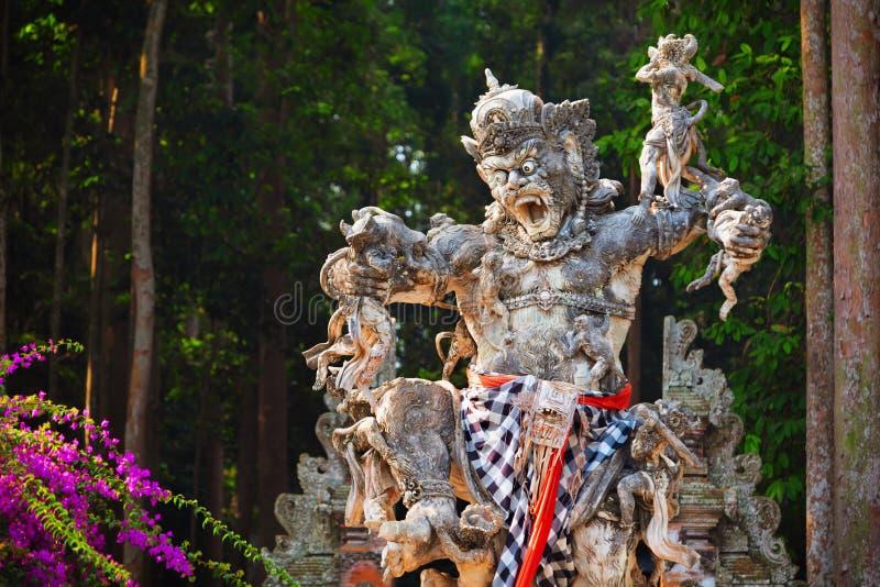 Старая статуя Kumbhakarna в лесе обезьяны Sangeh, Бали, Индонезии стоковое изображение rf