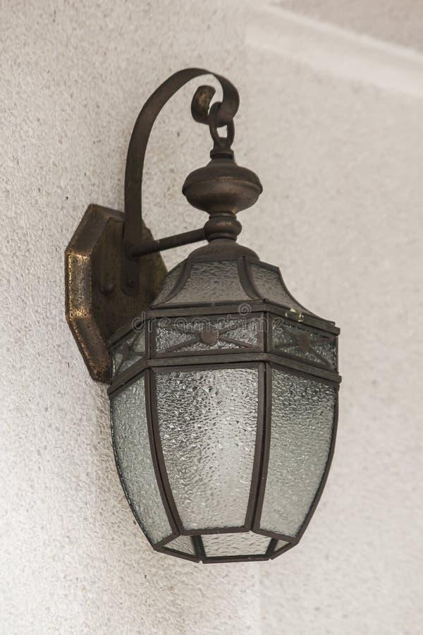 Старая стеклянная лампа на белой стене стоковые фотографии rf
