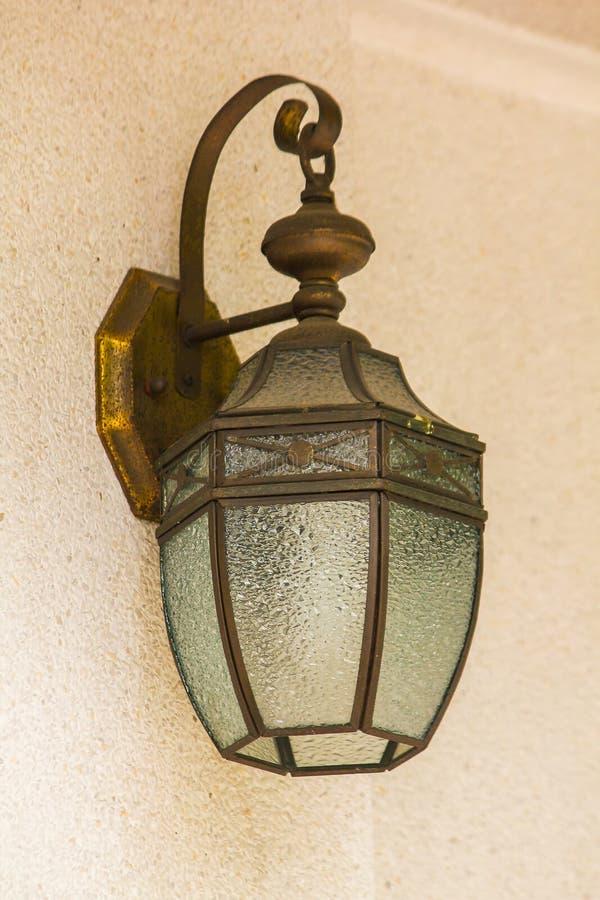 Старая стеклянная лампа на белой стене стоковое изображение