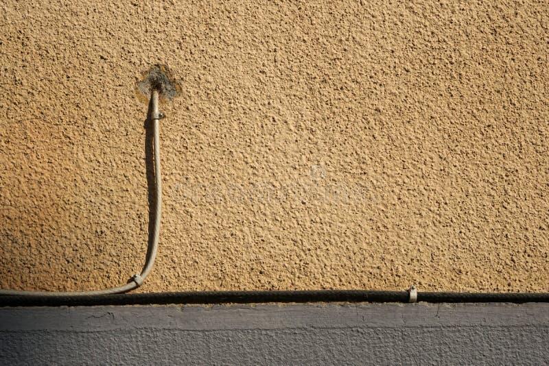 Старая стена гипсолита с кабелем ТВ стоковые фото