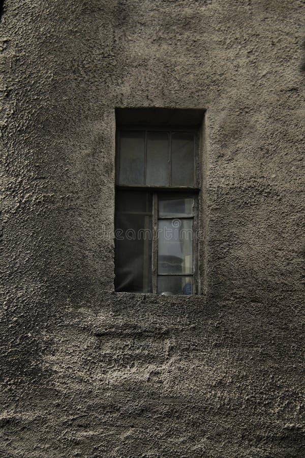 Старая стена дома с окном стоковые фото