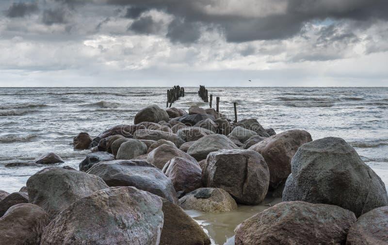 Старая сломанная пристань на Балтийском море стоковые фотографии rf