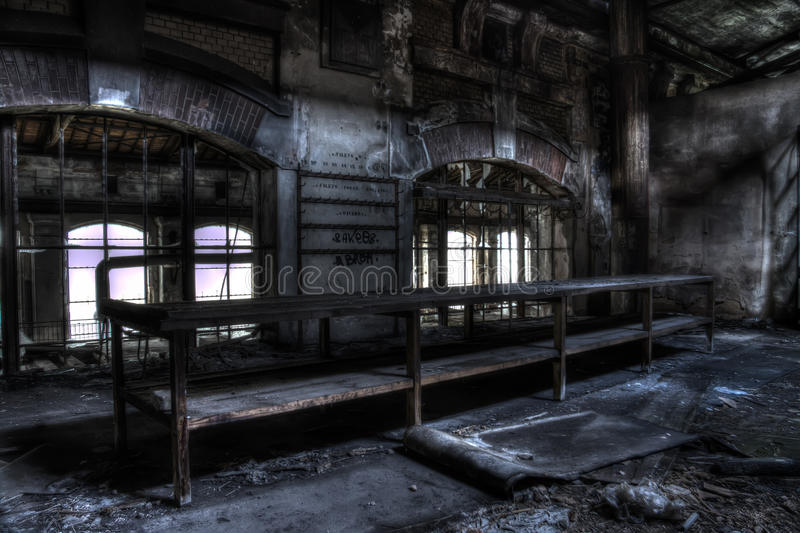 Старая таблица на фабрике стоковая фотография rf