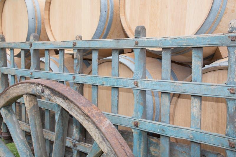 Старая тележка заполненная с бочонком вина дуба стоковые изображения