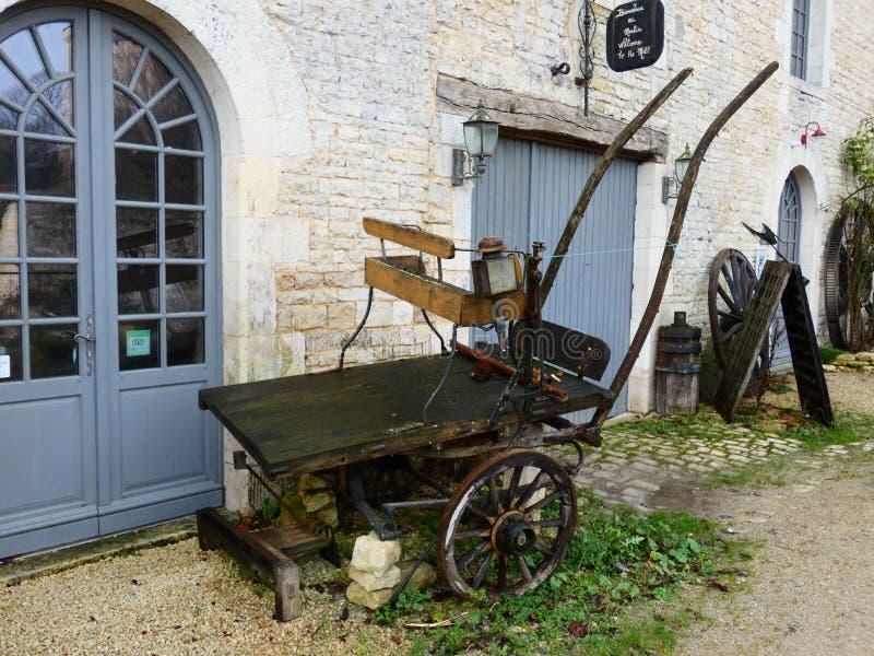 Старая тележка около стены старинного здания стоковые изображения rf