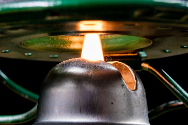 Старая технология для внутреннего освещения Масляная лампа, фитиль, керосин i стоковое фото