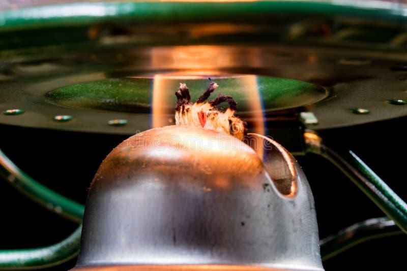 Старая технология для внутреннего освещения Масляная лампа, фитиль, керосин i стоковое изображение