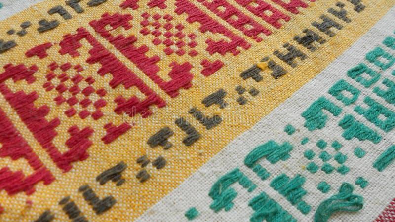 Старая ткань с вышитым желтым орнамента красным зеленым и белым цветом стоковые изображения rf