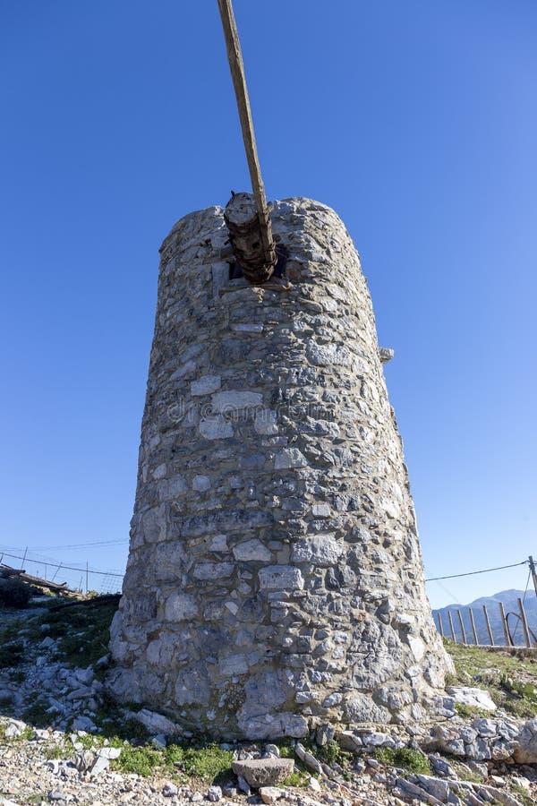 Старая традиционная ветрянка в горе Крит Греция стоковое фото