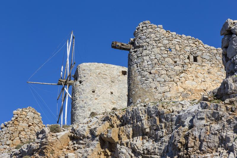 Старая традиционная ветрянка в горе Крит Греция стоковая фотография rf