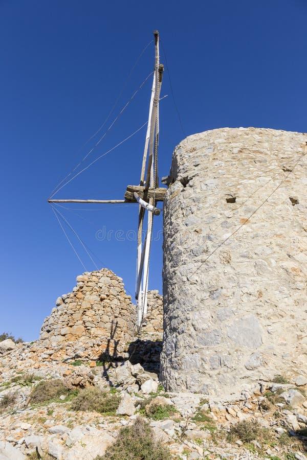 Старая традиционная ветрянка в горе Крит Греция стоковые изображения rf