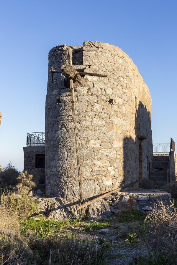Старая традиционная ветрянка в горе Крит Греция стоковое изображение
