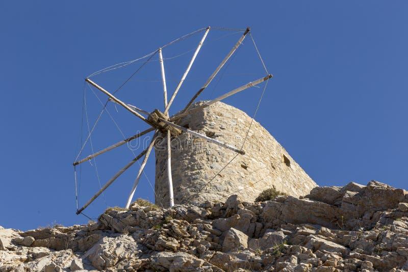 Старая традиционная ветрянка в горе Крит Греция стоковое фото rf