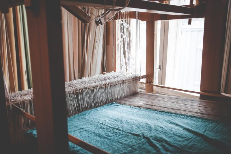 Старая традиционная винтажная сплетя тень как профессиональный инструмент производства ручной работы для handmade соткет продукци стоковая фотография