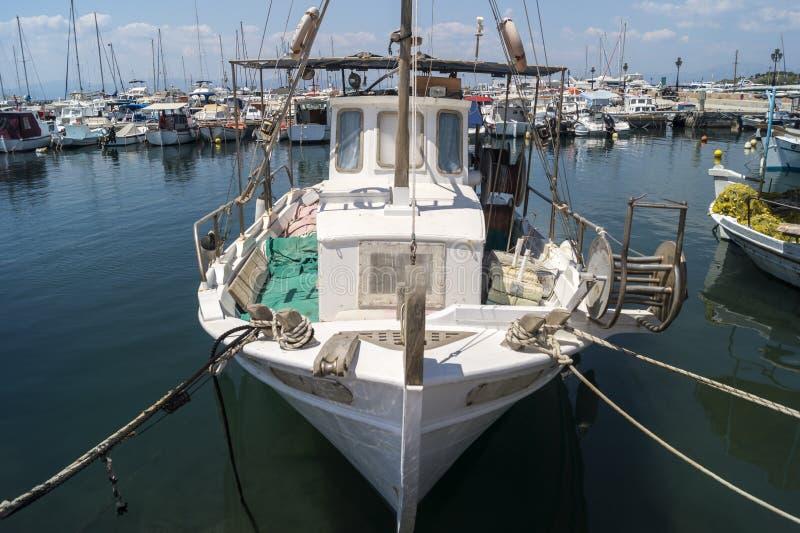 Старая традиционная деревянная рыбацкая лодка стоковое фото rf