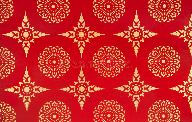 Старая традиционная тайская картина дизайна с золотыми звездами и цветками на красной предпосылке стоковая фотография