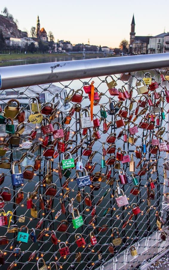 Старая традиция герметизировать инициал ` s пар называет inscribed padlock с популярным мостом и метать ключ в реку стоковое фото rf