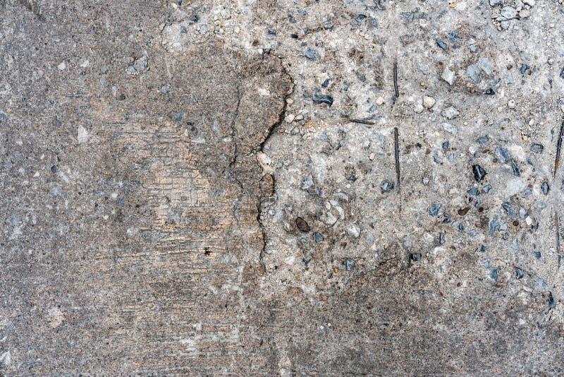 Старая треская текстура пола дороги конкретная которая может увидеть каменную внутренность на левой стороне Улучшите для предпосы стоковые фотографии rf