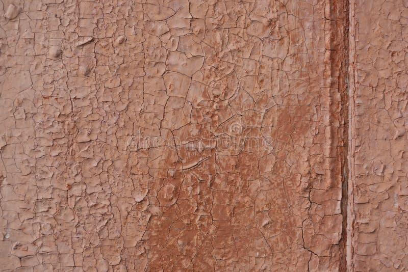 Старая треснутая коричневая краска на деревянной двери стоковые изображения rf
