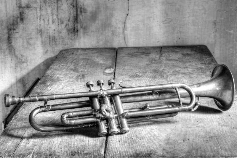Старая труба джаза в черно-белом стоковая фотография